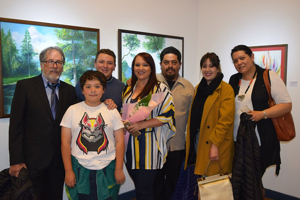 La artista Carla Pereira al centro junto a su familia