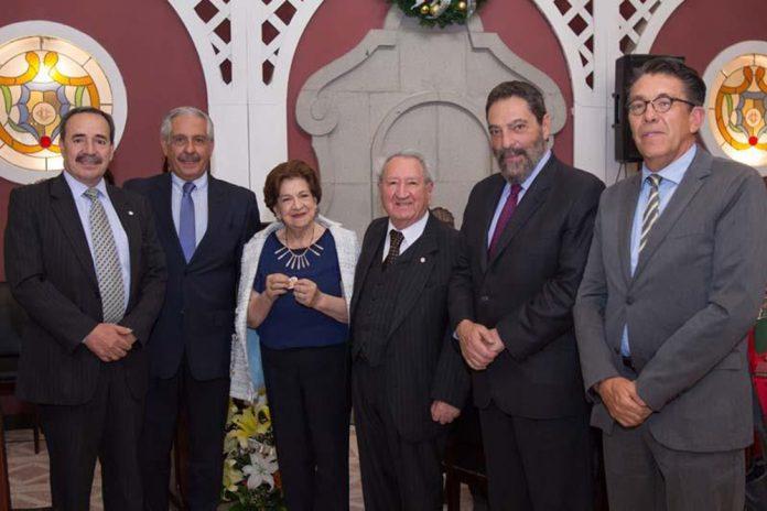 La Presidenta Rosario Chacón acompañada de los socios del Círculo de la Unión