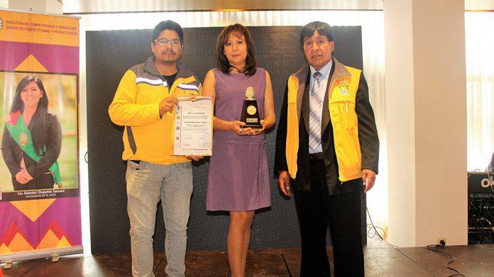 Reconocimiento otorgado a la Vicerrectora de UNIFRANZ El Alto Eve Gomez Ferrufino