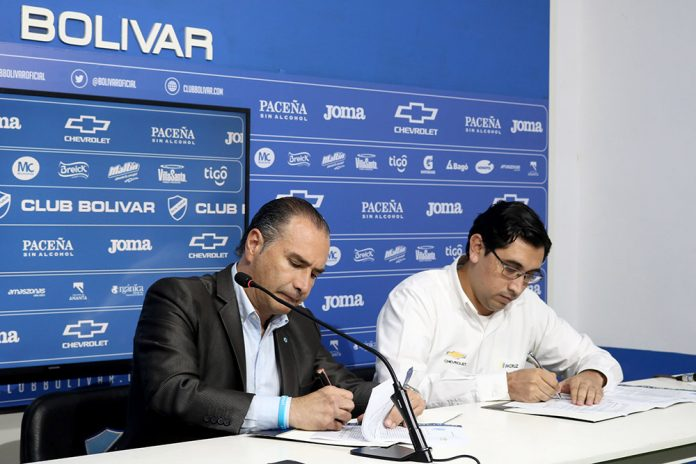 Dardo Gomez vicepresidente Bolivar y Nelson Cabrera brand manager Chevrolet Bolivia firman convenio