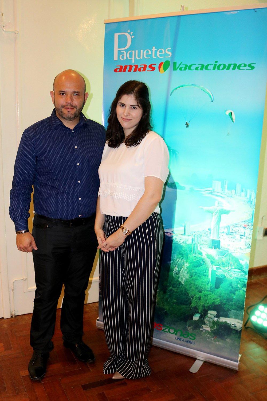 Diego Urioste subgerente de ventas directas del Grupo Amaszonas y Simone Gogemsky
