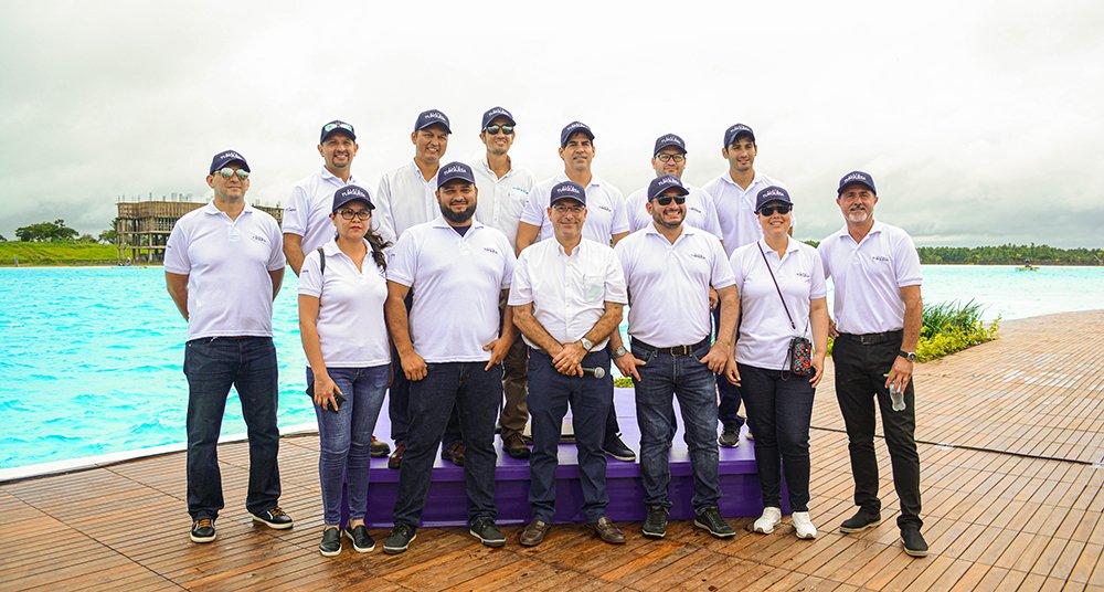 Ing. Carlos Andrés Córdova Gerente General de Playa Turquesa y su equipo de trabajo