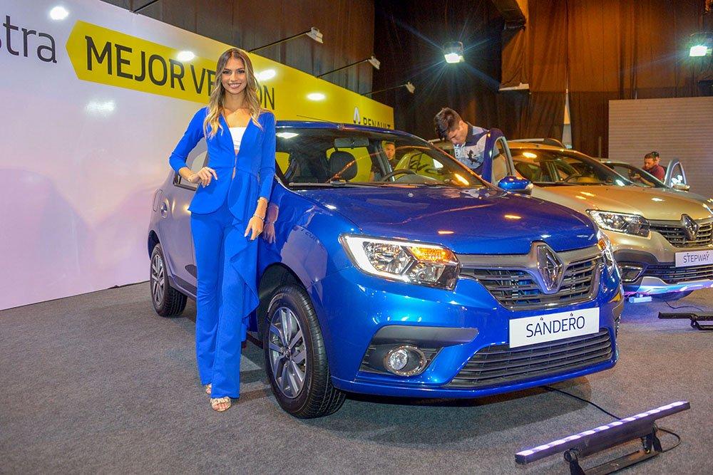 Juliana Manzoni junto al Renault Sandero