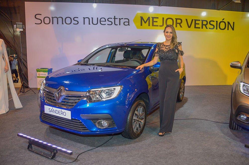 Mónica Argandoña Brand Manager Renault Bolivia junto al Sandero