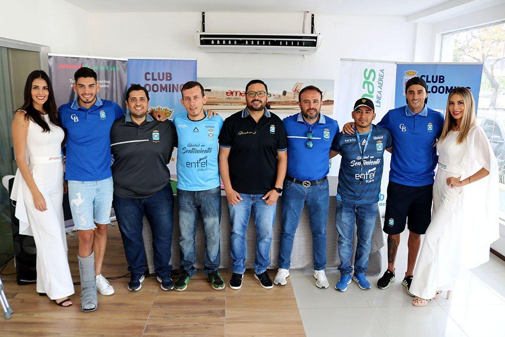 Juan Alfredo ´Juancho´ Jordán presidente Blooming Brenda Ibañez y Sharon Valverde junto a funcionarios del club celeste