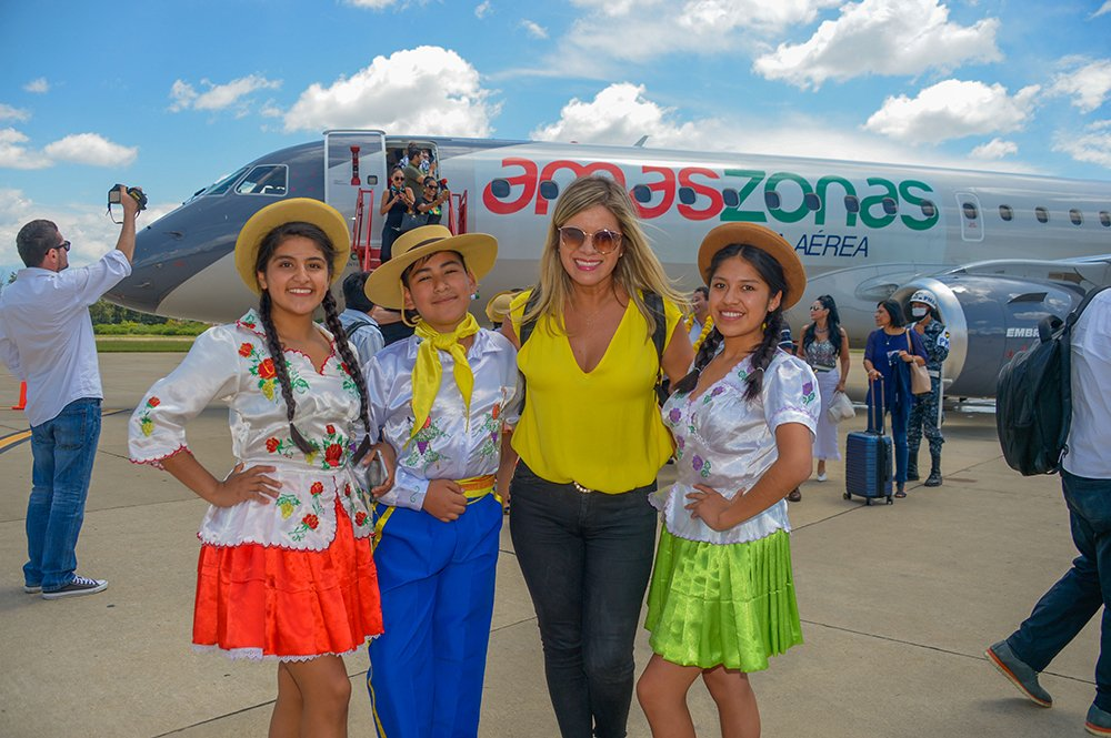 Linda Gonalez con un grupo de bailarines tarijeños