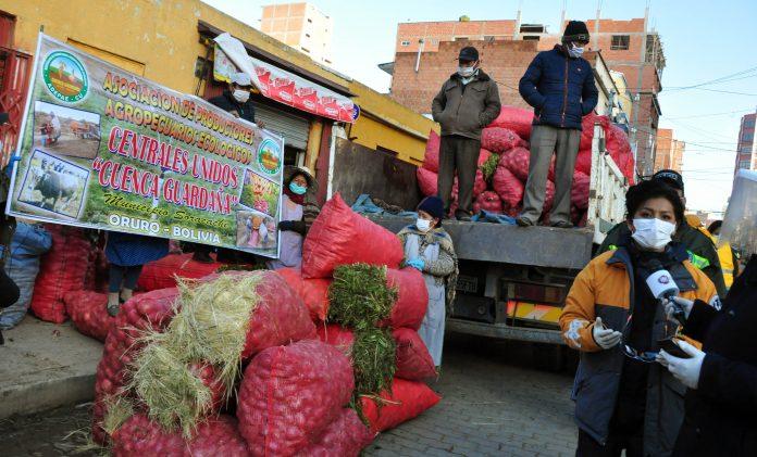 La Sole encabeza operativo de control a comerciantes y recibe donación de productos en el mercado central Villa Dolores D1