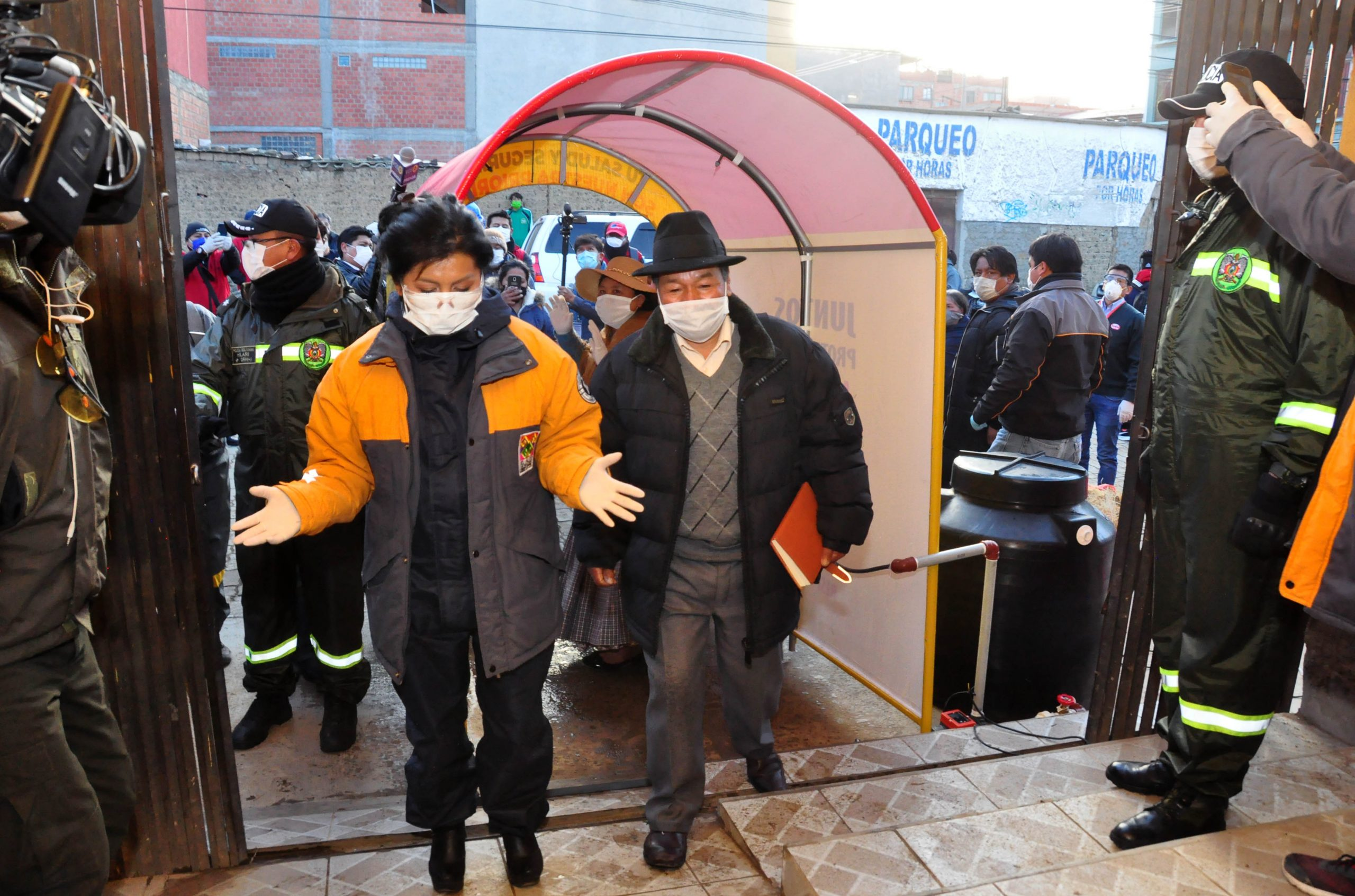 representantes de la Empresa Sofía entregaron dos cámaras de desinfección scaled