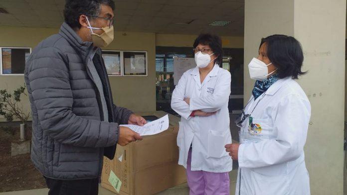 Hugo Arévalo en representación de la campaña BOLIVIANOS POR BOLIVIA hizo entrega de mil barbijos KN95 a la Dra.María Luisa Vargas subdirectora de gestión de pacientes del Hospital del Norte