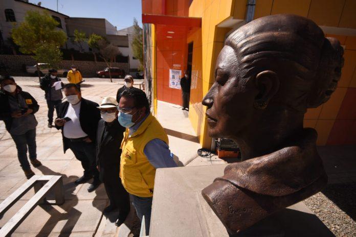 La Paz rinde homenaje a la actriz Agar Delós con el develado de una escultura