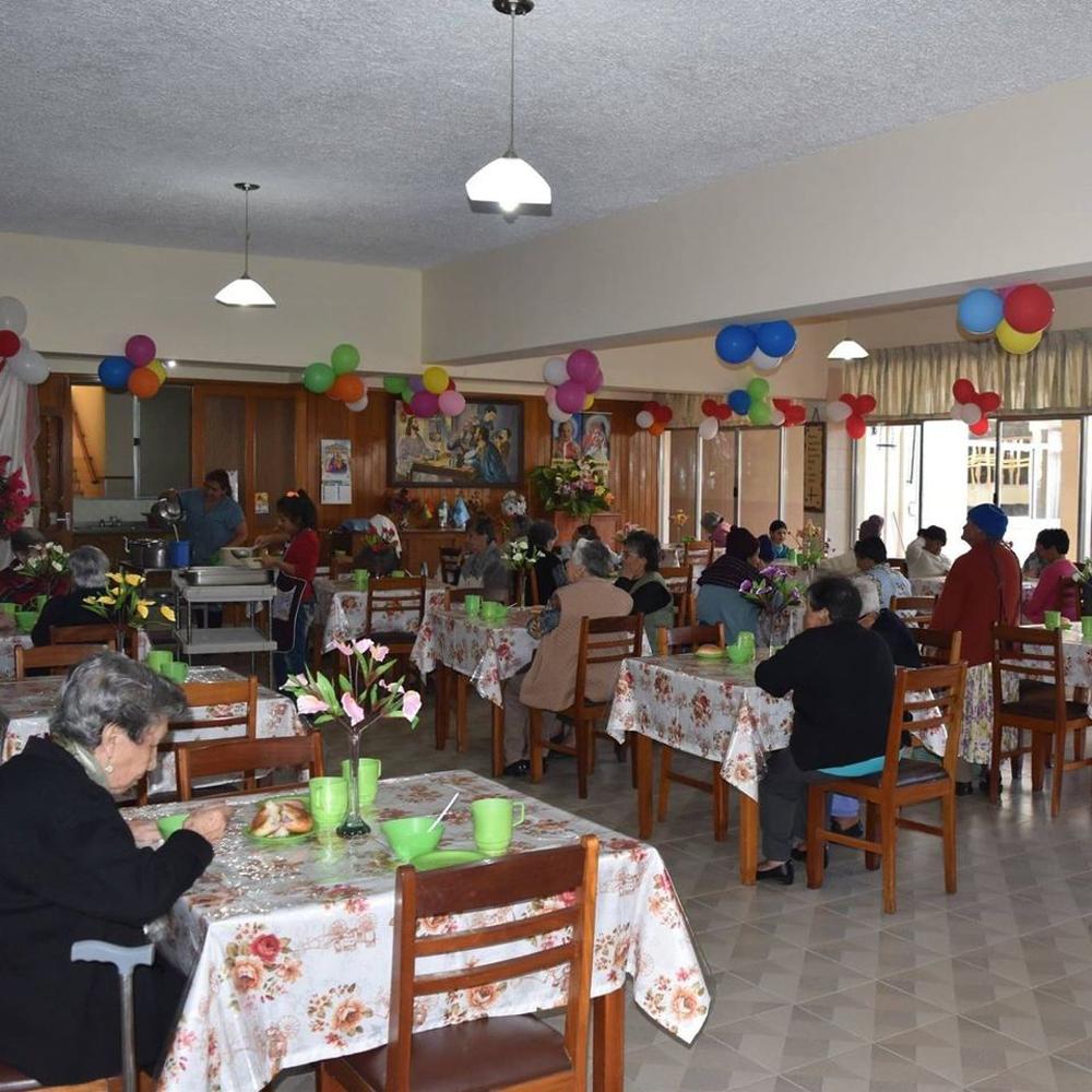 Residentes de la tercera edad del asilo San Jose de Cochabamba