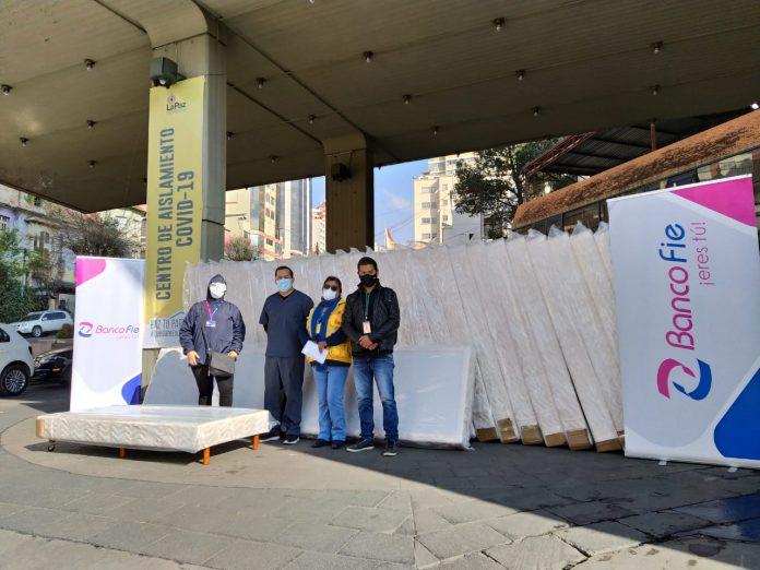 Banco FIE realizo la entrega de 30 camas y 10 portasueros al Centro de Aislamiento COVID en La Paz