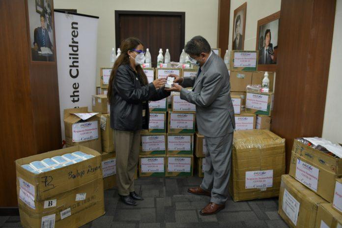 El Ministerio de Justicia y Transparencia Institucional y la organizacion Save the Children coordinaron la entrega de insumos medicos y material de bioseguridad