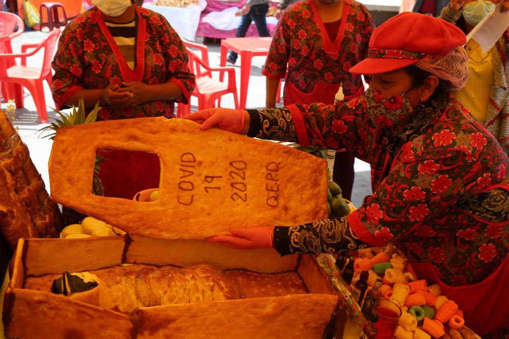 Ataud de pan de la mesa de Todos Santos Covid 19 2020 Q.E.P.D.