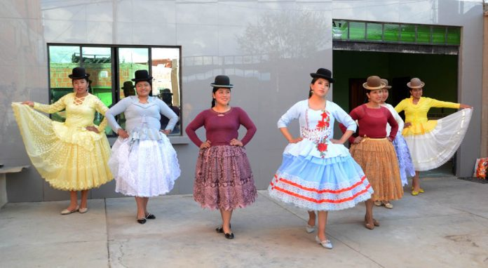 Pasarela Virual Cholita Pacena en las Alturas