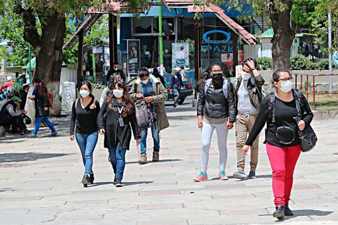 ciudadanos caminan en La Paz