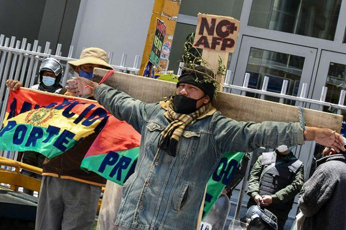 manifestantes se crucificaron