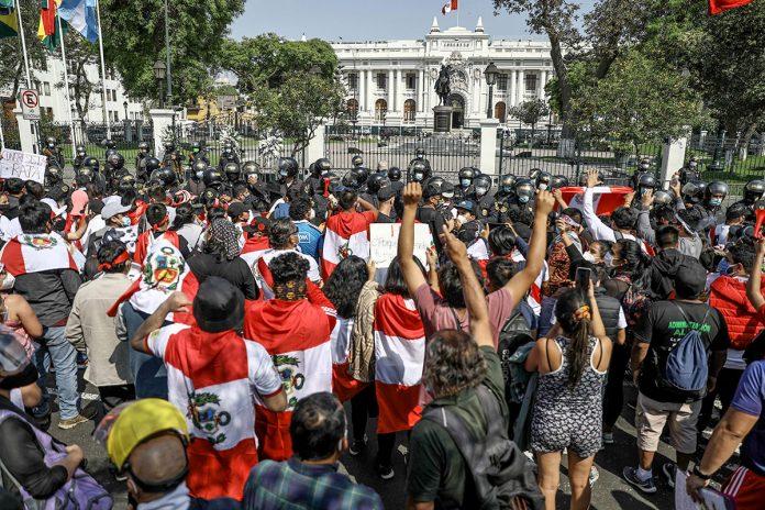 ciudadanos celebran en Perú