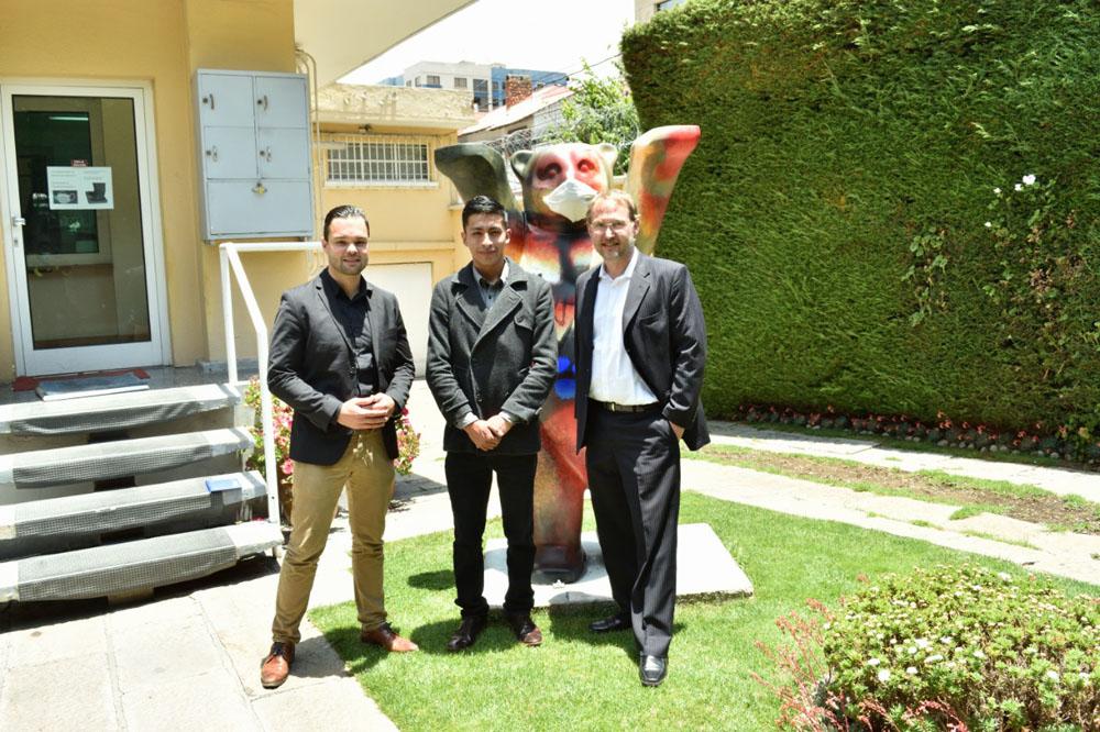 De izq. a der.. Marco Just director de proyectos de Stiftung Verbundenheit Luis Flores miembro fundador de JungesNetzwerk Bolivia y Oliver Lanner encargado de negocios de la Embajada de Aleman