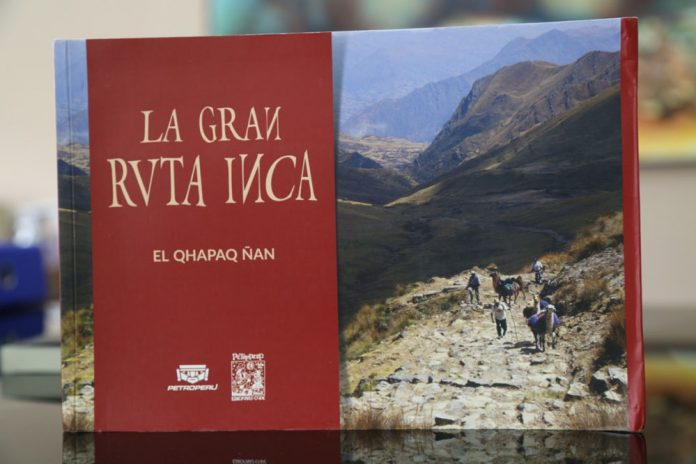 El municipio recibe la donacion de libros del acervo peruano