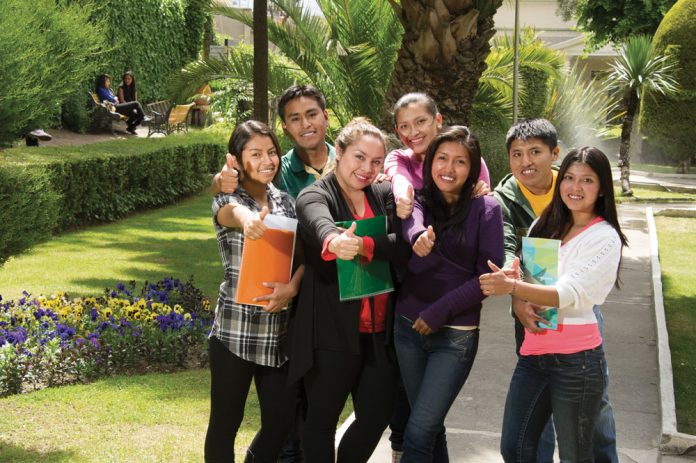 Campana para otorgar becas en beneficio de jovenes bolivianos