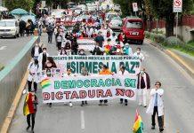 funcionarios de salud realizan una marcha