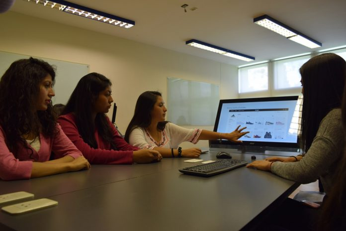 Alumnas de la UPB durante una clase presencial