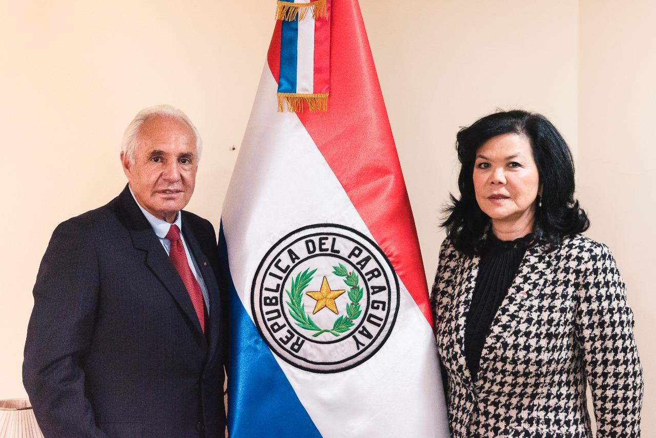 La embajadora de Paraguay en Bolivia la Sra. Terumi Matsuo de Claverol y El presidente de la Camara Binacional Boliviano Paraguaya Jorge Sanchez Pena
