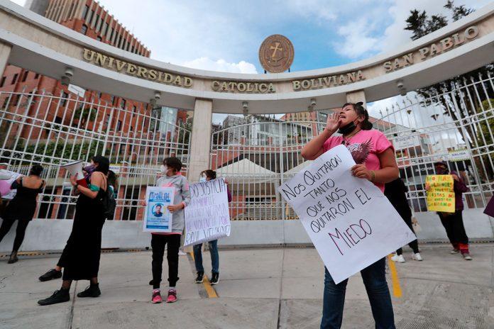 mujeres protestan frente a la UCB