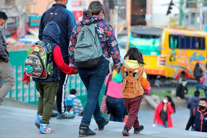 niña con sus familiares caminando por las calles en La Paz