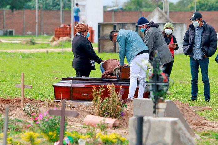 entierro muerto por covid-19 en Santa Cruz