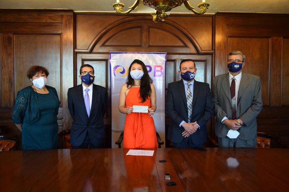 Gabriela Alejandra Capriles Valverde de la Carrera de Ingenieria de la Produccion junto a autoridades de UPB y sus padres