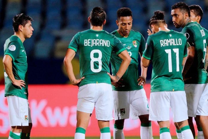 jugadores de Bolivia lamentan la derrota contra Paraguay