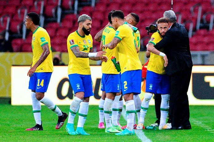 jugadores de Brasil celebran
