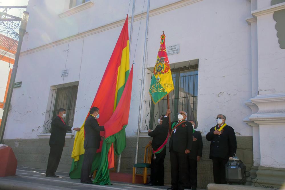 Iza de la bandera en el atrio de la institucion