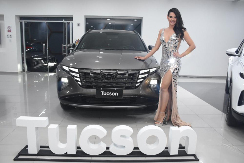 Romy Paz junto a la Hyundai Tucson 2022