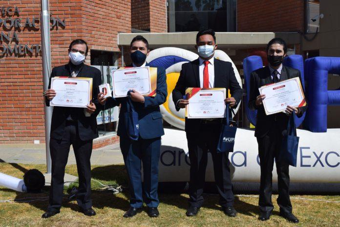 Alexis Marechal de UPB junto a los 3 ganadores de la universidad