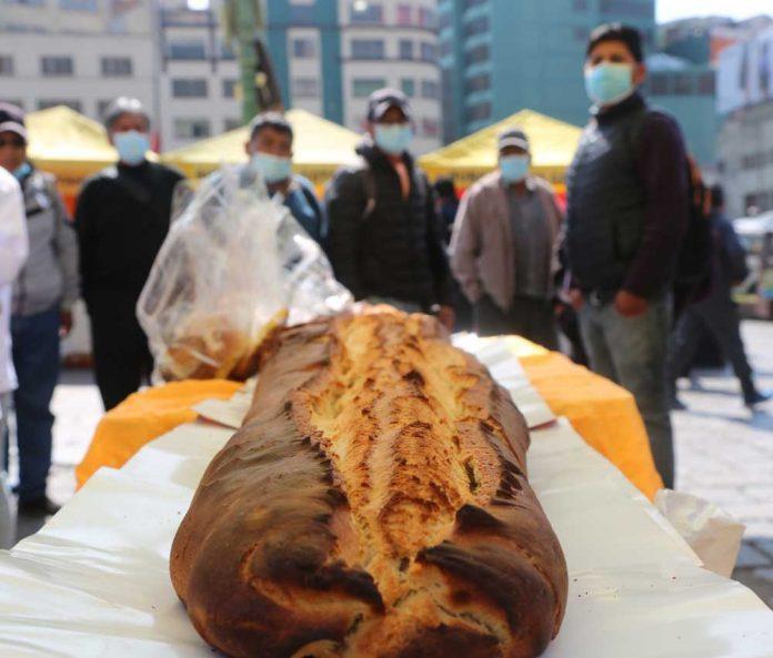 La marraqueta mas grande de La Paz se exhibe en la Feria Tradicional del Pan