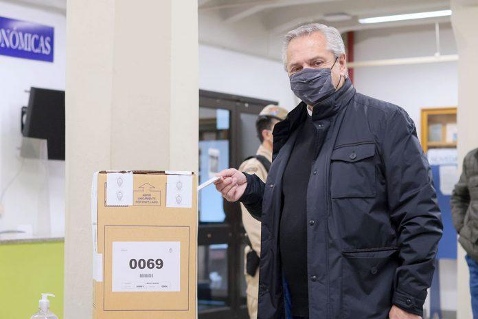 Alberto Fernández vota en las elecciones primarias legislativas