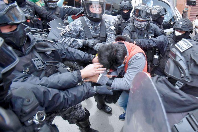 Policía agrede a periodista