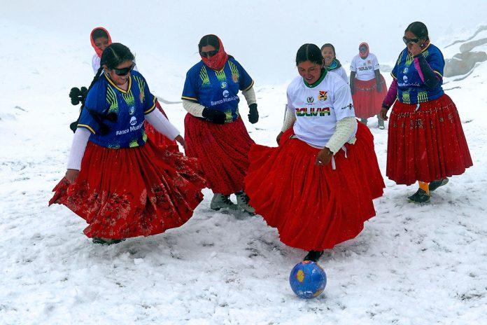 cholitas escaladoras juegan fútbol