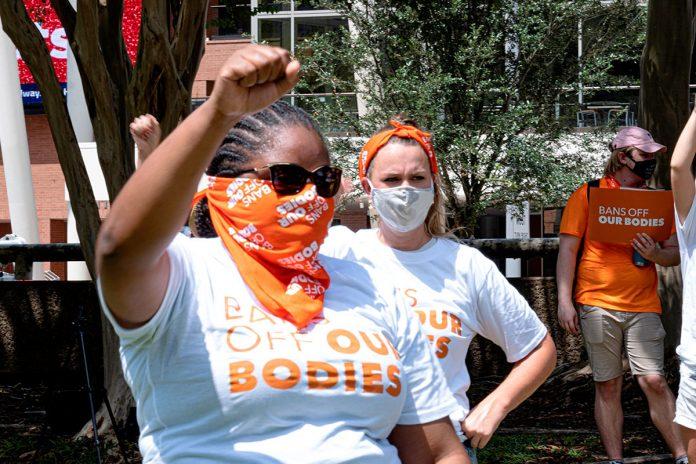grupo de activistas protesta contra la disposición que prohíbe el aborto