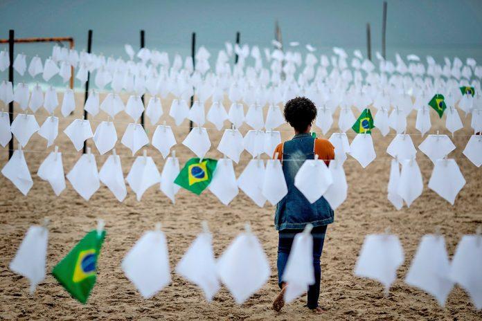 homenaje a las miles de víctimas mortales de la covid-19 en Brasil