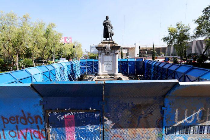 monumento a Cristóbal Colón rodeado de vallas metálicas